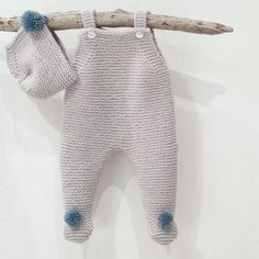 Buenos días!! Este modelo también está causando furor...y es que essss 😍😍😍😍. Pelele recién nacido gris con pompones en azul ¿que luego… Crochet Baby, Knit Crochet, Vestidos Bebe Crochet, Pull Bebe, Baby Pullover, Baby Online, Knitting For Beginners, Baby Sweaters, Baby Knitting Patterns