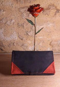 Compagnon Complice en suédine noire et rouge cousu par L'atelier de Cathou - Patron Sacôtin