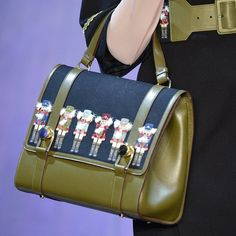 Pin for Later: Die coolsten It-Bags von Chanel, Moschino & Co. Nussknacker Olympia Le-Tan Herbst/Winter 2015