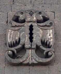 Yedi Kardeş Burcu | Diyarbakır Valiliği Kültür Turizm Proje Birimi-Burç üzerindeki süslemeler burca abidevi bir görüntü katmaktadır. Silmeler çift başlı kartal, kanatlı aslan kabartmaları ve burcu bir kuşak gibi saran kitabesi ile oldukça görkemli bir görüntü vermektedir. Yedi Kardeşler Burcu'nun ön yüzünde, besmele-i Şerife'nin yer aldığı kitabenin üzerinde bulunan çift başlı kartal motifi, aslan figürlerini bir anlamda simetrik olarak ikiye bölmüştür.