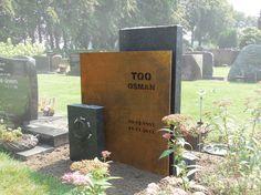 Gedenksteen cortenstaal foto 1 Tombstone Designs, Cemetery Decorations, Cemetery Monuments, Rock Sculpture, Memorial Stones, Stone Statues, Memento Mori, Funeral, Memories