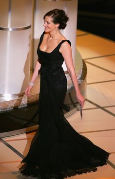 Julia Roberts Photos - The Annual Academy Awards - Show - Zimbio Eric Roberts, Pretty Woman, Georgia, Oscar Fashion, Oscar Dresses, Richard Gere, Atlanta, Mom Dress, Le Jolie