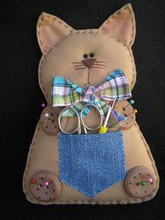 Gato de feltro (porta-tesoura e alfineteiro)! « Artesanato & Humor de Mulher