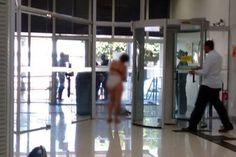 """Uma empresária ficou seminua após ser barrada na porta de detector de metais de uma agência bancária de Aquidauana, no interior de Mato Grosso do Sul. O caso aconteceu na última segunda-feira.  Zenilda Duarte, de 52 anos, disse ao site G1 que tirou a roupa a após tentar repetidamente passar pelo detector de metal...<br /><a class=""""more-link"""" href=""""https://catracalivre.com.br/geral/cidadania/indicacao/mulher-tira-roupa-apos-ser-barrada-em-banco-em-ms/"""">Continue lendo »</a>"""