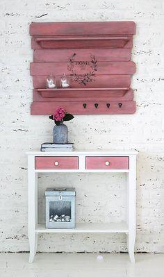 Konzolový stolíkso šuflíkmi ARLEN je z masívneho dreva naozdobných nožičkách...šuflíky sú výrazne akorpus stola jemnepatinované,aby mal stôlnaozaj ten správny starý vintage look...osadené smo...