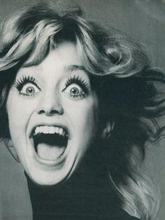 Goldie Hawn est une actrice, productrice et réalisatrice américaine née le 21 novembre 1945 à Washington DC, États-Unis  Goldie Hawn by Richard Avedon, 1975