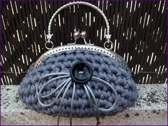 Bolso de inspiración vintage tejido a mano en crochet con trapillo gris plata, sin forrar