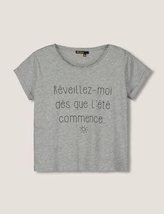 """T-shirt manches courtes. Col rond. Coupe cropped. Manches retroussées. Top à message """"Réveillez-moi dès que l'été commence..."""""""