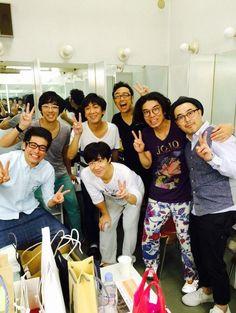 片桐仁なう@JinKatagiri_now:東京03のライブ、大千秋楽。内村さん凄かった!感動した!  ゲストも揃ってみんなで写真撮ったよー!