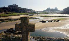 Cementerio de Niembro (Asturias) Este camposanto del concejo de Llanes, que ha servido de escenario para tres películas, es uno de los lugares más bellos y románticos de Asturias. Tras visitarlo, nada mejor que dar un paseo por alguna de las playas que lo rodean, la de Ballota, Gulpiyuri, Borizu, Barru...
