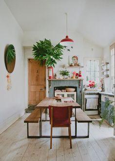 moderne biertafels in een bohemian keuken. We like!