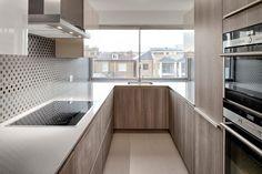 cuisine en U avec fenêtre en blanc et bois avec crédence originale