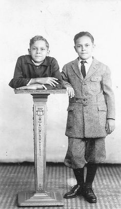 """Sideshow performer Johnny Eck the """"Half-Boy"""" with his twin brother Robert. I so love Johnny Eck. He was a talented man and died not all that long ago. (Well, I guess it was a long time ago, but to me it seems like a few years ago. Old Circus, Vintage Circus, Circus Acts, Dark Circus, Vintage Twins, Vintage Children, Old Photos, Vintage Photos, Sideshow Freaks"""