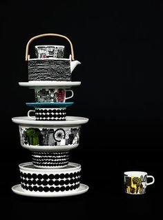Beautiful dark image with a tower of Marimekko tableware www.nl for Marimekko servies / tableware Swedish Design, Home And Deco, Decoration Table, Scandinavian Style, Scandinavian Kitchen, Ceramic Pottery, Kitchenware, Dinnerware, Mugs