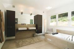 Großes Badezimmer mit sandfarbenen Fliesen