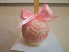 maçã do amor coberta de chocolate, decorada com arabescos e tag. R$3,50