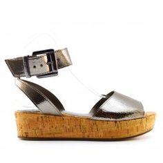 Vivement l'été et la plage. Ces petites sandales sur plateau argenté mettront en valeur les jambes bronzées !  LIU-JO SANDALE COMPENSEE CRACKLE LIU JO MARCEL #marcel #S16123 #Liujo