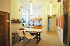 Perfekter Mix aus Rustikal und Modern: superschöne Altbauwohnung mit moderner Kücheneinrichtung, Beleuchtung und Essbereich. Wohnung in Berlin. #PrenzlauerBerg