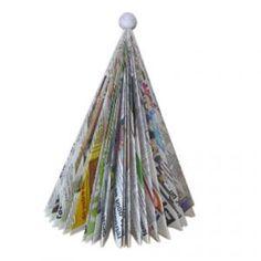 Idée de fabrication d'un sapin pour Noël . Un sapin design, réalisé à partir d'un magazine, un sapin facile à faire et astucieux lorsqu'on a pas beaucoup de place ou que l'on veut un sapin dans nos bagages pour les fêtes de fin d'année.
