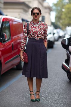 flower print shirt+statement necklace + navy midi skirt + red clutch - this looks lovely