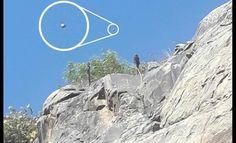 """As filhas de Guillermo Pastén, Aylen e Geraldine, não sabem bem o que fotografaram. """"Isto"""" estava sobre as rochas nos petroglifos de Coirón, no Chile."""