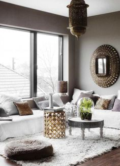 Modern Moroccan living room decoration bringing the oriental climate to the home Modern Moroccan Decor, Moroccan Interiors, Moroccan Design, Living Room Modern, Living Room Decor, Living Spaces, Luxe Decor, Eclectic Decor, Oriental Decor