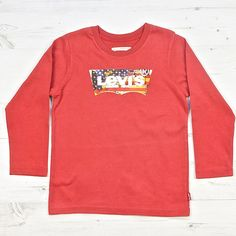 Levis long sleeve top in red with American flag.Made from a soft cotton jersey. Composition: 100 % cotton – Machine wash: 30 ° C – Style name: Darwin Tee shirt – Colours: Dress blue, Pompeian red