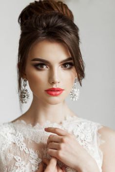 Whether you are hiring a professional makeup artist or applying your own wedding makeup there are a few things to consider. Your make up and wedding day glow is a culmination of many factors. Hair And Makeup Artist, Beauty Makeup, Hair Makeup, Hair Beauty, Wedding Makeup For Brunettes, Wedding Hair And Makeup, Bridal Makeup Looks, Bridal Beauty, Brunette Makeup