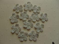 Fleurs au crochet en coton gris par 12, appliques. : Ecussons, appliques par aux-fils-du-bocage