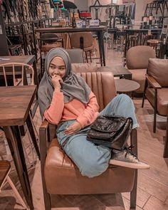 "589.6rb Suka, 2,469 Komentar - RICIS (@riaricis1795) di Instagram: ""tebak aku lagi duduk sama siapa🙂 editin dong duduk sama siapa gt"" Casual Hijab Outfit, Ootd Hijab, Song Hye Kyo, Foto Bts, My Sister, Hijab Fashion, Cute Girls, Mermaid, Poses"