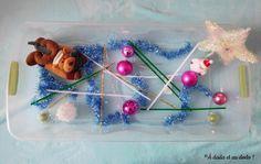 Quelques décorations pour amuser les petits à peu de frais avec un bac sensoriel de Noël.
