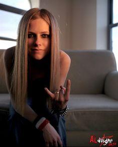 Avril Lavigne doing the Rock n roll symbol:). Avril Lavigne Style, Avril Lavigne Let Go, Avril Lavigne Pictures, Punk Rock Princess, Rock Queen, Badass Women, Pop Punk, Music Artists, My Idol