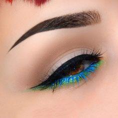 Heavy winged liner with green lower shadow and electric blue lashes eye makeup Gorgeous Makeup, Pretty Makeup, Love Makeup, Makeup Inspo, Makeup Art, Makeup Inspiration, Beauty Makeup, Makeup Style, Perfect Makeup