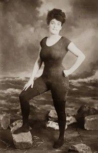 Em 1907, a ativista dos direito das mulheres Annette Kellerman se registrou com seu traje de banho e foi presa por indecência.