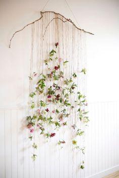 Guirlande de fausses fleurs pour appartement bohème. © Pinterest Designlife