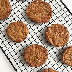 PINDAKAASKOEKJES MET MAAR 4 INGREDIËNTEN  Deze koekjes kwam ik onlangs tegen via Pinterest, je maakt ze met slechts 4 ingrediënten. Is dat nou lekker? Ik heb het geprobeerd. Het antwoord is een volmondige ja! #vegan
