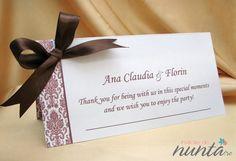Plic de bani cu model model elegant damask si funda satinata maro. Damask, Place Cards, Place Card Holders, Elegant, Floral, Party, Model, Wedding, Classy