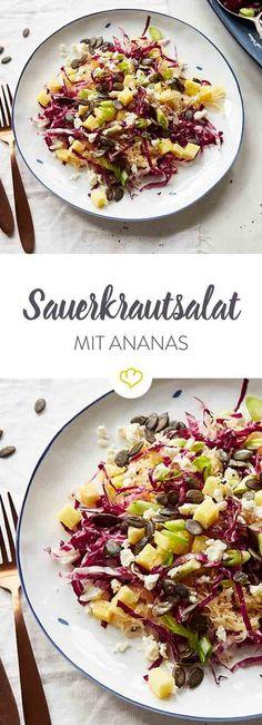 Frisches Sauerkraut, süße Ananas und kräftiger Radicchio, dazu cremiger Feta, Kürbiskerne und eine fruchtig-nussige Vinaigrette - mehr brauchst du nicht!