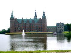 É lindo o castelo de Frederiksborg na Dinamarca.  Dicas sobre como chegar no castelo e o que fazer em Copenhagen no blog planningmytravels