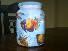 Frasco de vidro pintado á mão com aplicação de peixes de papel.