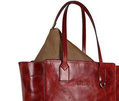 Esta shoulder bag es uno los más recientes productos, cuenta con un bolso desmontable para organizar tus objetos.