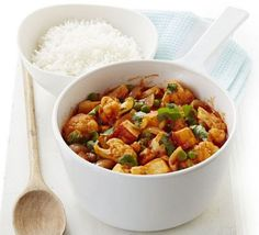 Klaar in minder dan een uur, dit makkelijke, vegetarische curry recept gemaakt met gebakken Indiase kaas (panir) en groenten. Ingrediënten 2 eetlepels zonnebloemolie 225g panir(of paneer), snijd in blokjes 1 bloemkool, verdeeld in kleine roosjes 2 uien, in dikke plakken 2 teentjes knoflook, geperst 2 volle eetlepels tikka masala 500g passata 200g bevroren erwten koriander, grof gehakt basmati rijst of naan brood raita of uw favoriete chutney Bereiding Verhit 1 el olie in een grote…