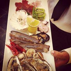 Come si fa a resistere ad un piatto di freschissimi frutti del mare di #Sardegna? Li potete assaggiare nel ristorante Angedras (Sardegna al contrario) lungo i Bastioni di #Alghero da cui godrete di una fantastica vista sul promontorio di Capo Caccia -     #sardegna #sardinia  Follow us on #instagram: @sardegna_com