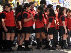 No Chile, os alunos usam uniforme vermelho e preto
