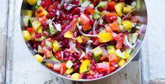 Een supergezonde salade met alle kleuren van de regenboog. Een mix van paprika, granaatappel en gegrilde groenten. Lekker om mee te nemen in je lunchbox.