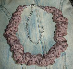 Gargantilla o collar en marrón rosado, con cierre metálico en color plata