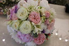 Kytica z ruží, frézie, georgine, pivonie 60 € http://www.kvetysilvia.sk/donaskova-sluzba/