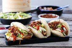 STEAMBUNS MED SOYAMARINERT SVIN, SYLTET KINAKÅLSALAT OG SPRØ LØK Asian Recipes, Ethnic Recipes, Indonesian Food, Frisk, Hot Dog Buns, Nom Nom, Recipies, Paleo, Pork
