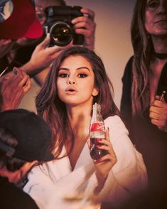 Selena Gomez behind the scenes of her promotional campaign photoshoot for Coca Cola. Selena Selena, Fotos Selena Gomez, Selena Gomez Style, Selena Gomez Coach, Selena Gomez Makeup, Demi Lovato, Coca Cola, Cinderella Story, Divas
