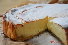Kasekuchen è una torta al formaggio tedesca cotta al forno, composta da una pasta frolla morbida e da una gustosa farcitura al formaggio.